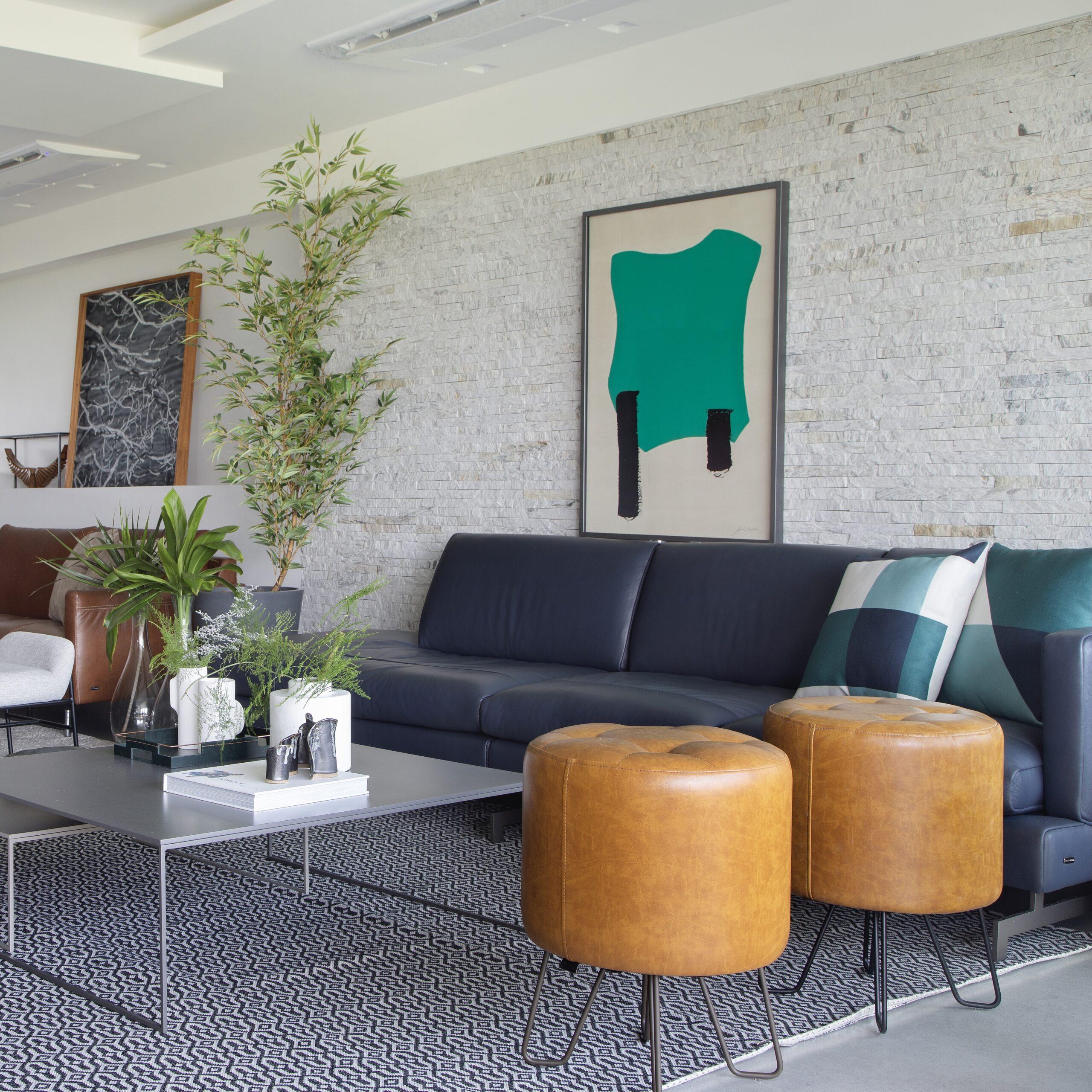 living-sofas-e-puf-em-couro